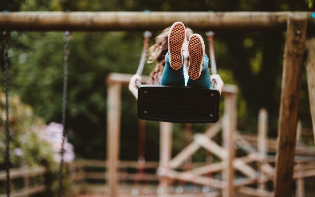 Barn som husker på en lekeplass.