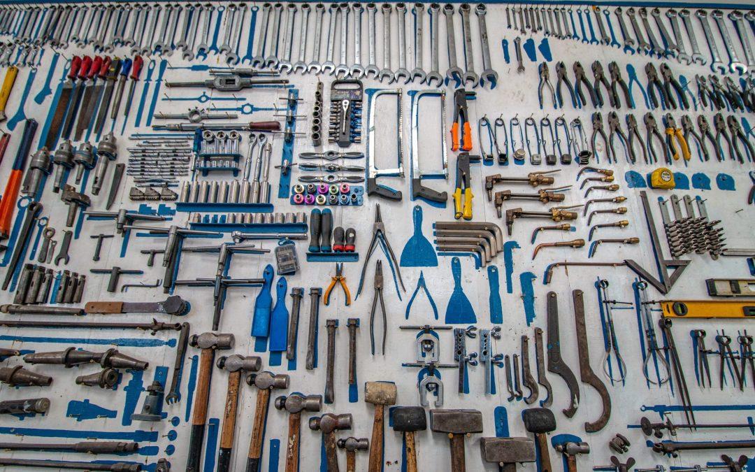 Et bort fylt av verktøy. Dette bildet illustrerer alle funksjonene til et styreverktøy.